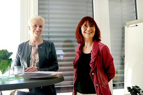 Doris Batkowski, Leiterin des AMS Lienz, und Itta Tenschert, Leiterin des Frauenberufszentrums Osttirol, freuten sich über regen Besuch bei der Eröffnungsfeier des FBZ Osttirol. Foto: Dolomitenstadt/Unterwurzacher
