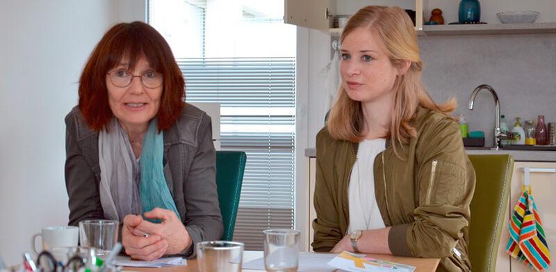 Doris Batkowski (AMS), FBZ-Leiterin Itta Tenschert, Manuela Brandstätter und Katrin Mitterdorfer (Trainerinnen) beraten Frauen (v.l.)