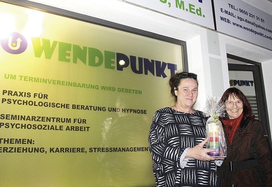 """Zur Eröffnung von Daniela Agus Praxis """"Wendepunkt"""" kam auch Nachbarin Dr. Itta Tenschert (r., Frauenberufszentrum Lienz) vorbei. (Foto: goller)"""
